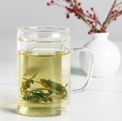 Glas Jasmijn thee op tafel